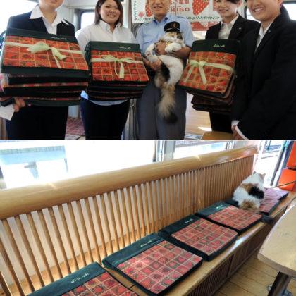 ニタマ駅長が初の主役公式行事 – 和歌山信愛女子短大生がいちご電車に座布団を寄贈 –