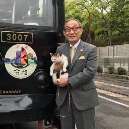 岡電「くろ」電車に奉祝のヘッドマーク!
